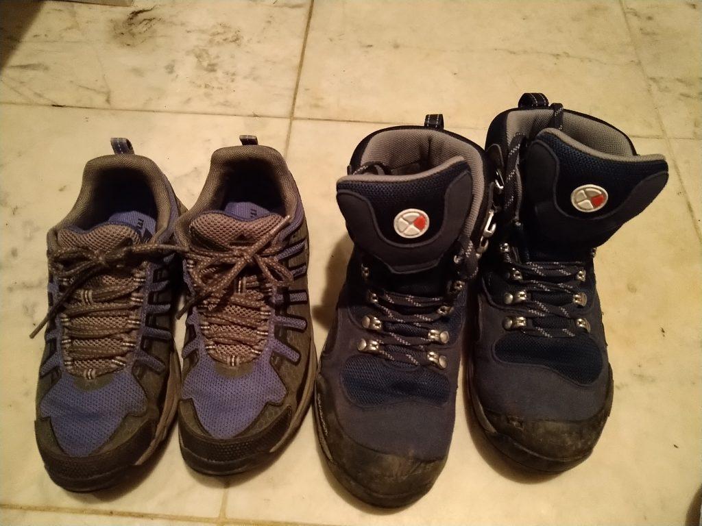 左:トレランシューズ、右:登山靴