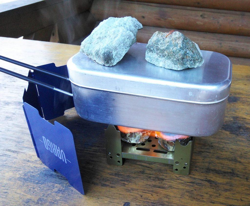 固形燃料でごはんを炊いているところ