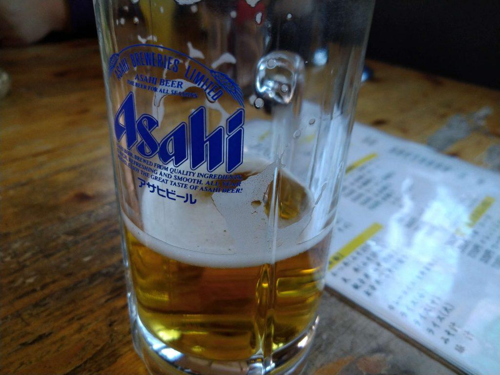 ビールがすでに半分なくなっていますね