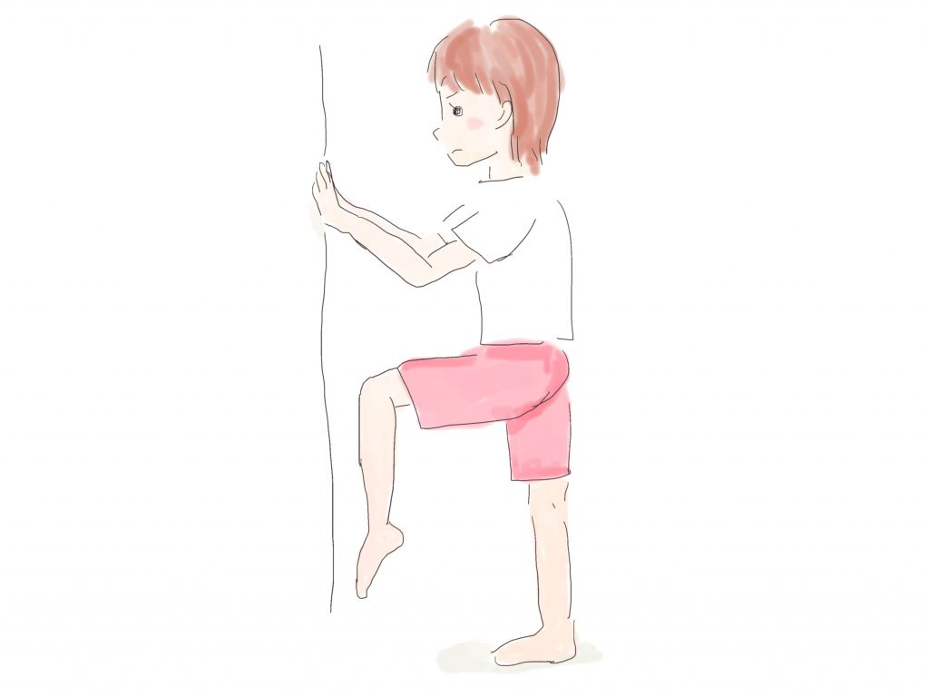壁に手を付き、片膝を胸のあたりまで上げます