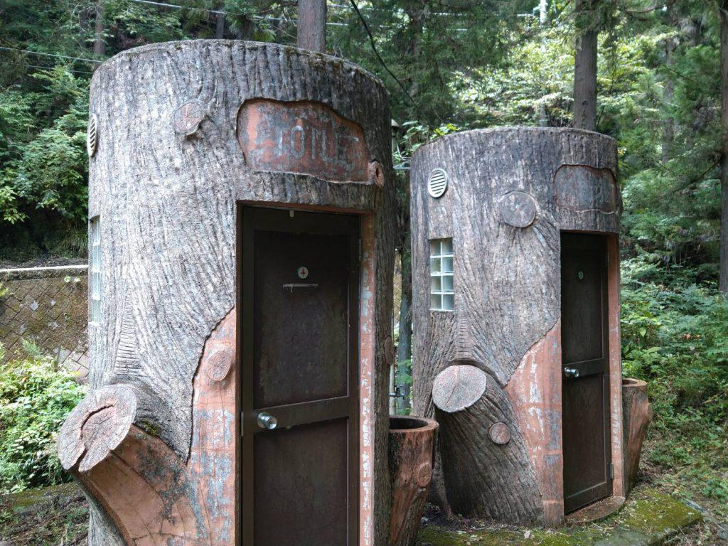 自然あふれるトイレ。トイレそのものを木にしなくてもいいと思う