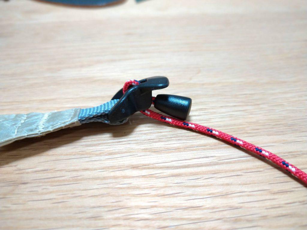 調節紐がついている。この黒い部分を引っ張ると瞬時に短くできる