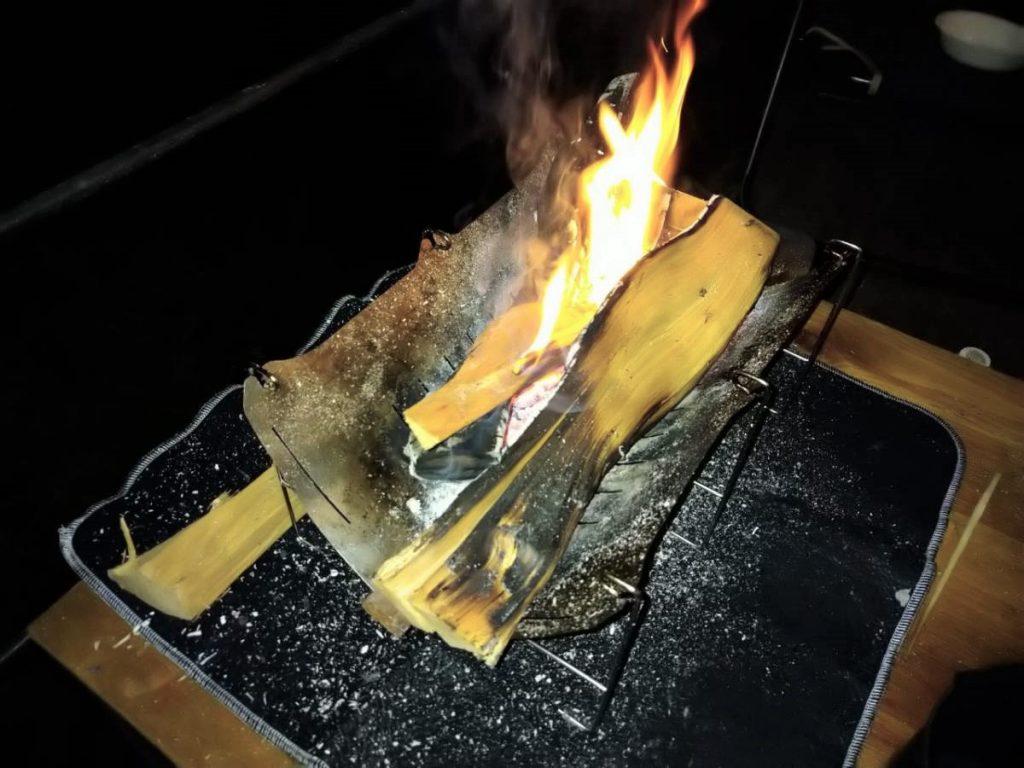 夜の焚き火時間の様子。太い薪を入れても大丈夫