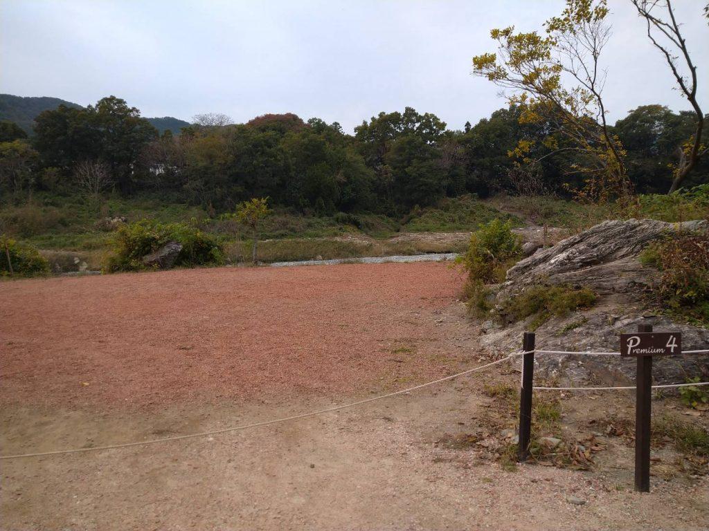 プレミアムサイト。水はけがよく、テントも立てやすそう。目の前は川ですが、岩かげなどから見えにくい状態です