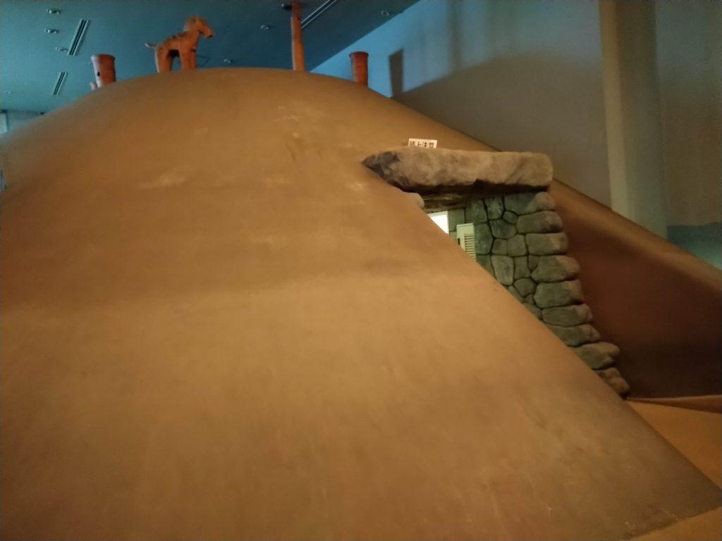 こういう古墳の展示が見られる。中には調度品が