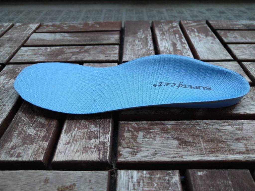 スーパーフィートのブルーのマイルドなタイプ。足の形状に沿っているのが分かる