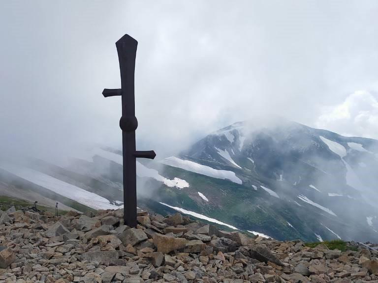 新潟県最高峰である、小蓮華山(これんげさん)の鉄検。抜けたらすごいとかではない。信仰の対象。 かつでは石仏もあった。崩落の危険があるため立ち入り禁止区域に注意