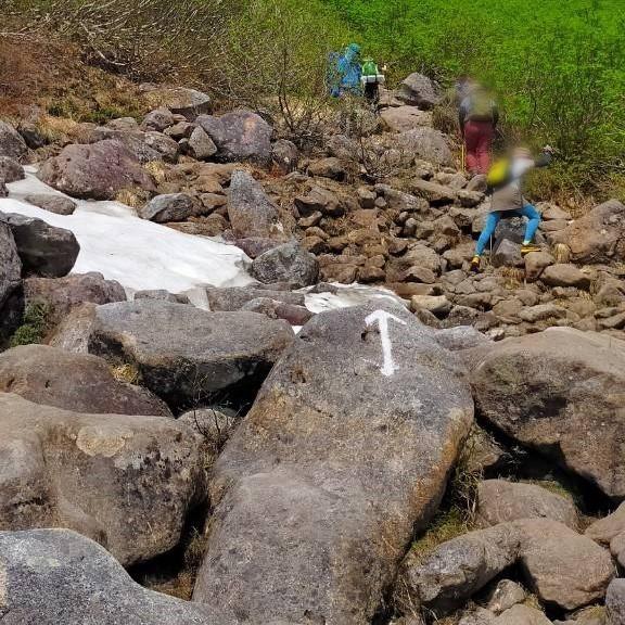 大きな岩場が続く、乗鞍岳に向かう道