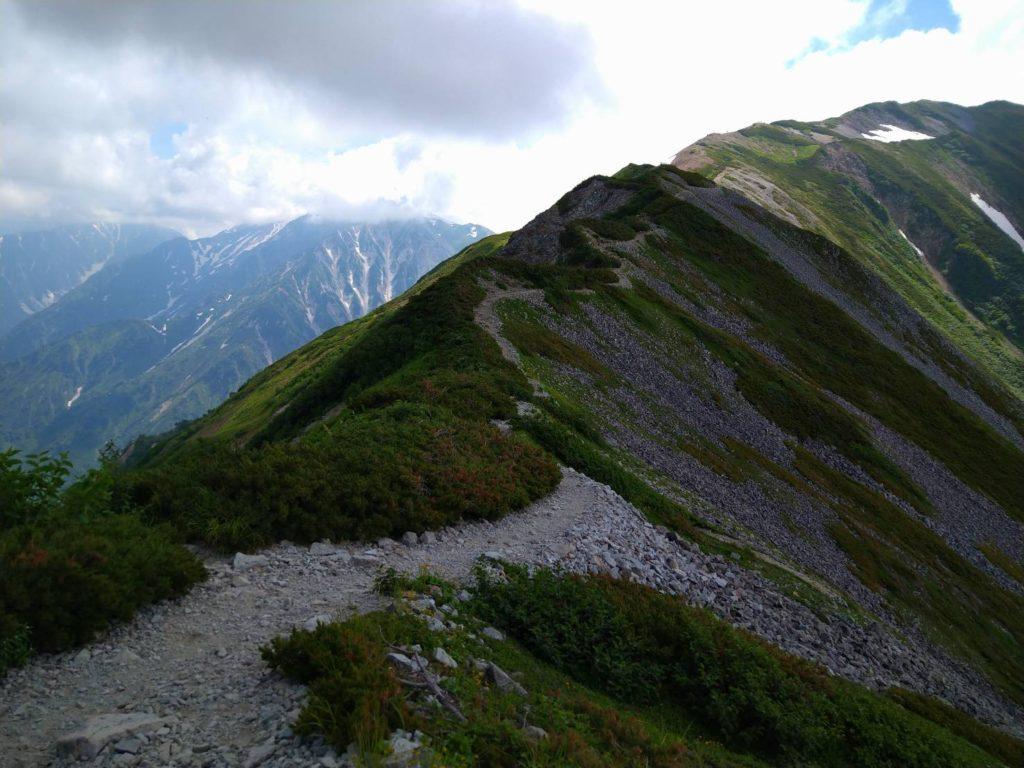 やせた岩場のなだらかな稜線。足はすくむ場所はありますが、美しさは格別です